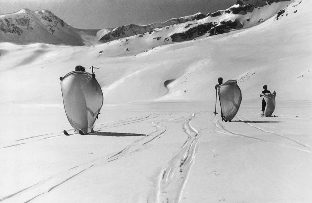 Narciarze w Dolinie Pięciu Stawów, źródło: NAC stara fotografia