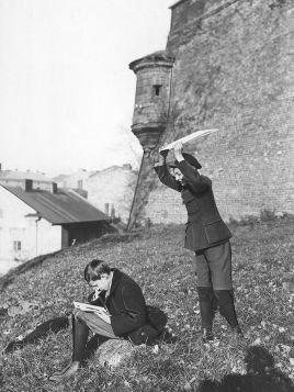 Chłopcy podczas zabawy przy murach Wawelu w Krakowie