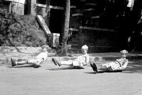 Chłopcy na deskorolkach