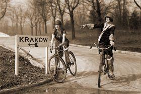 Dziewczyny na rowerach - zdjęcie vintage