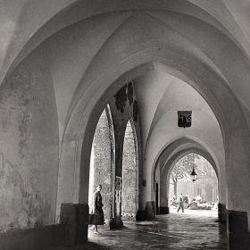 Pani pod Arkadami krakowskich Sukiennic - stare zdjęcie