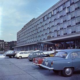Samochody zaparkowane przed Hotelem Cracovia