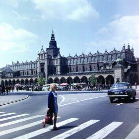 Kobieta na przejściu dla pieszych na Rynku