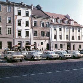 Samochody zaparkowane na Małym Rynku