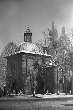 Kościół św. Wojciecha zimą. W tle Kościół Mariacki