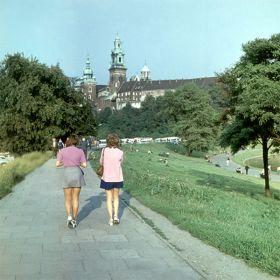 Kobiety spacerujące po bulwarze nad Wisłą w okolicy Wawelu