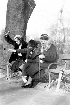 Młode kobiety grają w yoyo