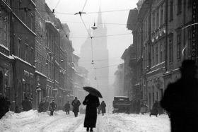Kartka pocztowa – Kobieta z parasolem na ul. Floriańskiej