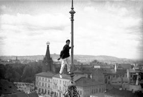 Kartka pocztowa – Człowiek-mucha wykonujący akrobacje na dużej wysokości