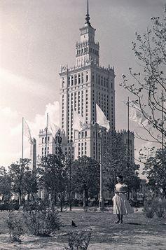 Kartka pocztowa – Warszawianka na tle Pałacu Kultury i Nauki