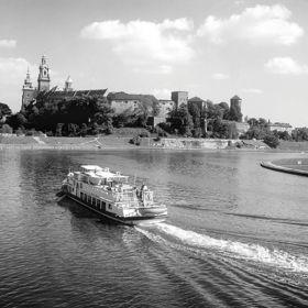 Barka na Wiśle  płynąca w stronę Wawelu