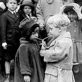 Magnes - Dzieci pijące z jednej butelki
