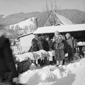 Turyści na bazarze pod Gubałówką