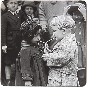 Podkładka - Dzieci pijące z jednej butelki