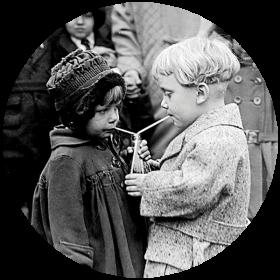 Naklejka - Dzieci pijące z jednej butelki