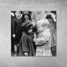 Plakat - Dzieci Pijące Z Jednej Butelki