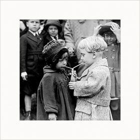 Dzieci pijące z jednej butelki - zdjęcie z passe-partout