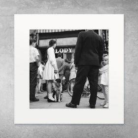 Dziewczynka przy lodziarni - zdjęcie z passe-partout