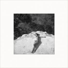 Kobieta na klifie - zdjęcie z passe-partout