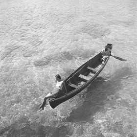 Modelka na łodzi