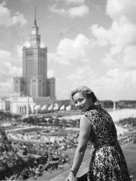 Kobieta na dachu z widokiem na Pałac Kultury i Nauki, Warszawa