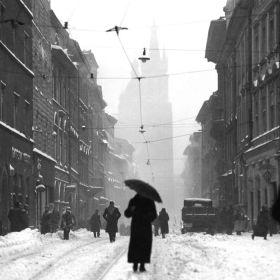 Zdjęcie vintage - kobieta z parasolem na ulicy Floriańskiej w Krakowie