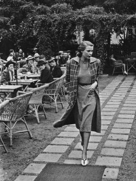 Modelka w płaszczu, Warszawa - zdjęcie w ramie