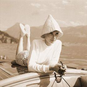 Audrey Hepburn na łodzi - zdjęcie vintage