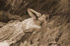 Kobieta w Paproci - zdjęcie vintage