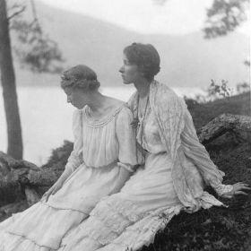 Dwie kobiety siedzące pod drzewem