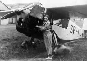 Kobieta przy samolocie w Aeroklubie Krakowskim - fotografia vintage