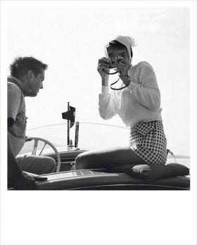 Kartka Polaroid - Audrey Hepburn z aparatem