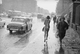 Kobieta biegnąca w deszczu, Warszawa - zdjęcie vintage