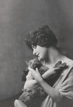 Kartka pocztowa – Kobieta z kotem Buzzer'em
