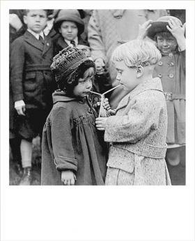 Kartka Polaroid - Dzieci pijące z jednej butelki