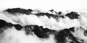 Górskie szczyty we mgle