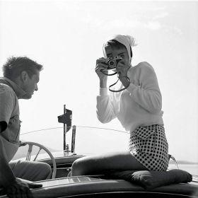 Audrey Hepburn z aparatem na łódce - zdjęcie vintage