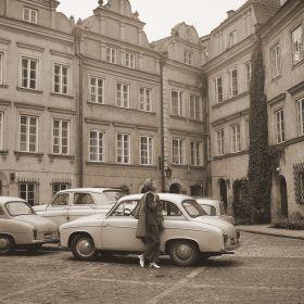Kobieta pozująca przy samochodzie Syrena, Warszawa