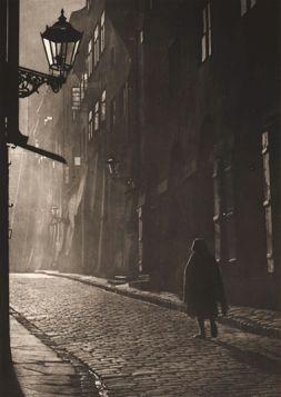 Kobieta w uliczce, Warszawa