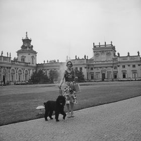 Kobieta z psem, na tle pałacu w Wilanowie, Warszawa