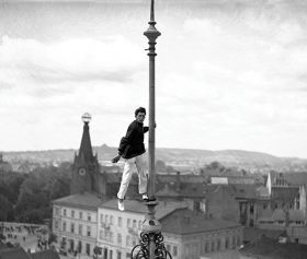 Człowiek Mucha, akrobata - plakat