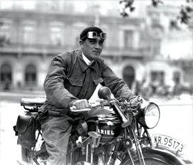 Motocyklista na Rynku Głównym w Krakowie - plakat