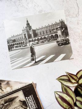Kobieta na Rynku Głównym w Krakowie - plakat