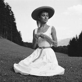 Magnes - Audrey Hepburn na łące