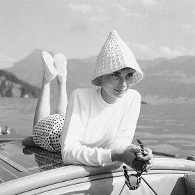 Magnes - Audrey Hepburn na łódce