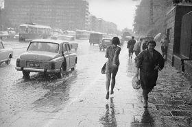 Magnes - Kobieta biegnąca w deszczu