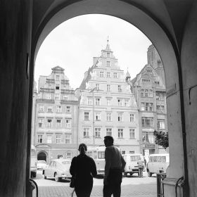 Wrocław Widok na zachodnią stronę Rynku, z lewej kamienica Pod Gryfami