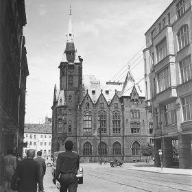 Wrocław - Budynek Biblioteki Uniwersyteckiej j przy ulicy Szajnochy - widok od ulicy Krupniczej
