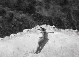 Kobieta na skale - plakat