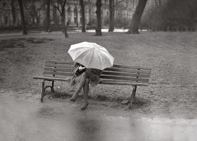 Kobieta z parasolem na plantach - plakat